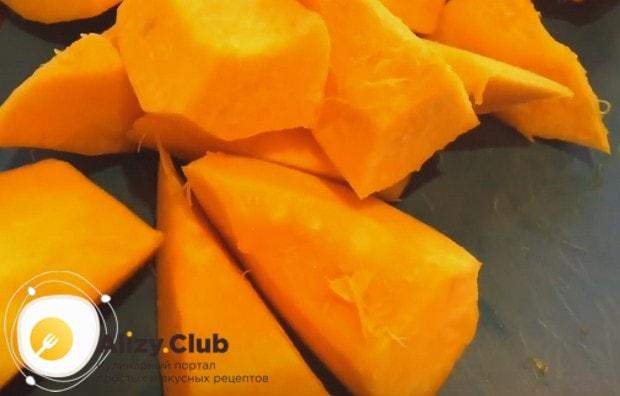 Очищенный от кожуры овощ режем на произвольные кусочки.