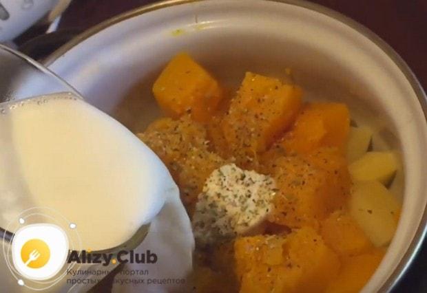 Добавляем молоко к тыкве с картошкой.