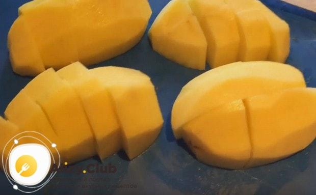 Картошку также чистим и режем на кусочки.