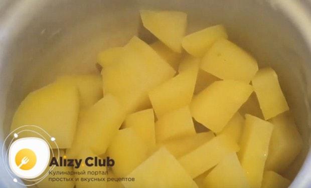 Слив воду с картошки, даем овощу остыть.
