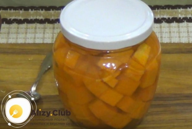Приготовленную по этим рецептам маринованную тыкву можно закатывать на зиму.