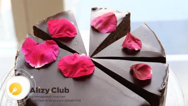 Готовый торт захер украшаем лепестками роз