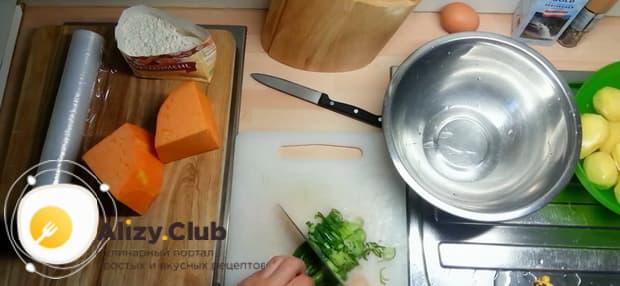 Для приготовления лраников из тыквы, нарежьте лук