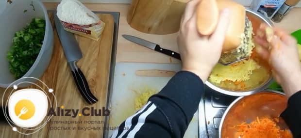 Для приготовления лраников из тыквы, натрите картофель