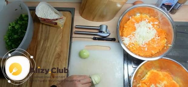 Для приготовления лраников из тыквы, приготовьте тесто.