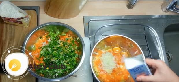 Для приготовления лраников из тыквы, добавьте в смесь зеленый лук.