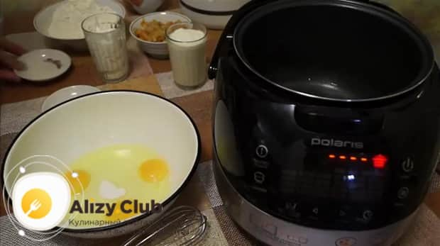 Взбейте яйца с солью для приготовления пирога с капустой в мультиварке.
