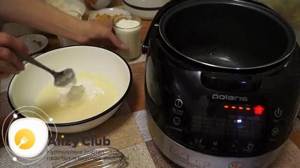 Добавьте муку для приготовления пирога с капустой в мультиварке.