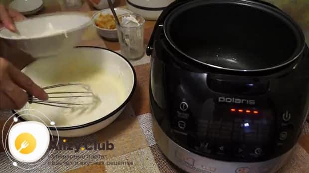 Добавьте все ингредиенты для приготовления пирога с капустой в мультиварке.