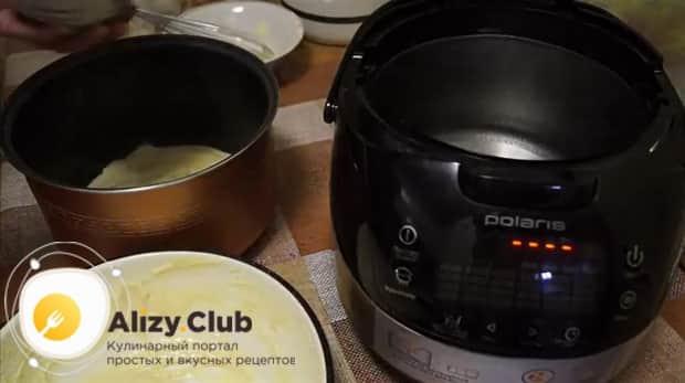 Вылейте готовое тесто в чашу для приготовления пирога с капустой в мультиварке.