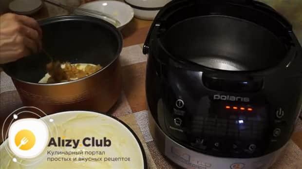 Положите капусту на тесто для приготовления пирога с капустой в мультиварке.