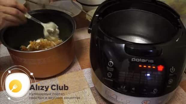 Выложите ингредиенты в чашу для приготовления пирога с капустой в мультиварке.