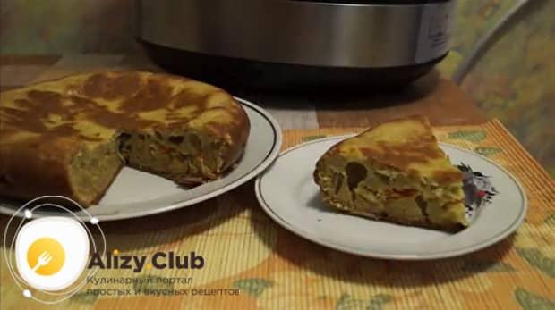 Вкусный пирог с капустой в мультиварке готов.
