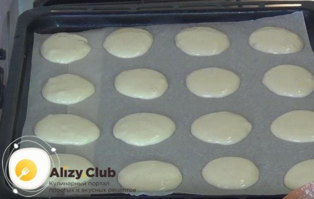Приготовив тесто, выкладываем его на застеленный пергаментом противень в виде небольших оладушек.