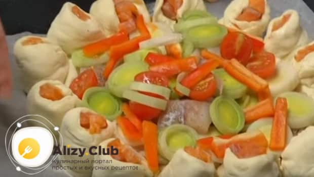 Лук,перец, помидоры и хек выкладываем на середину пирога