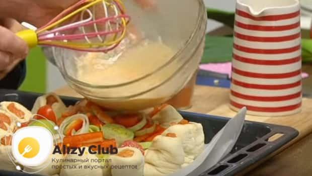 Заливаем пирог из красной рыбой взбитым яйцом