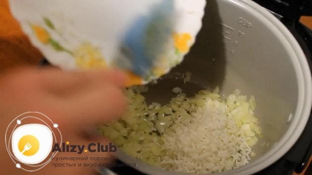 По рецепту, для приготовления пирога с рыбой в мультиварке отварите рис