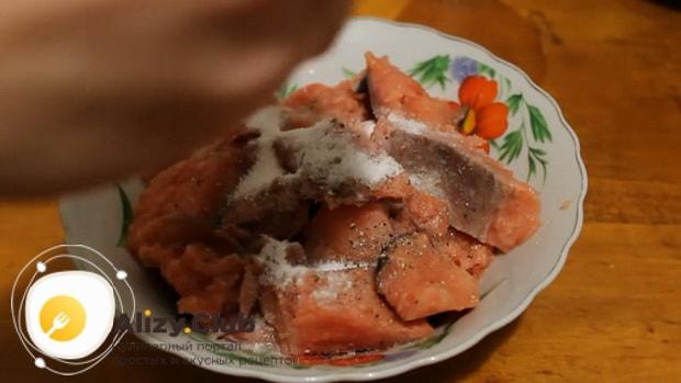 По рецепту, для приготовления пирога с рыбой в мультиварке замаринуйте рыбу
