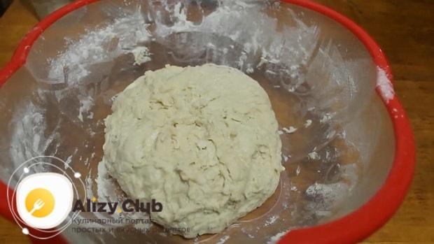По рецепту, для приготовления пирога с рыбой в мультиварке вымесите тесто.
