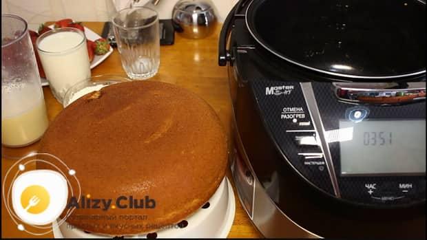 Бисквит для приготовления торта, приготовленный в мультиварке готов.
