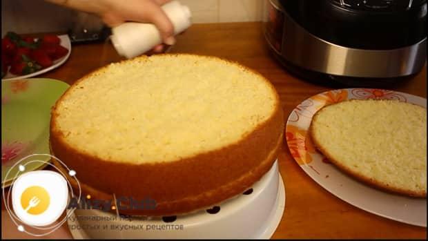 Разрежьте бисквит для приготовления бисквитного торта в мультиварке.