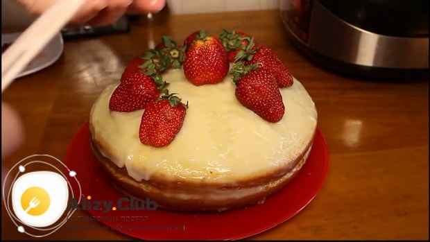 Вкуснейший бисквитный торт приготовленный в мультиварке готов.