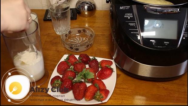 Взбейте комполненты крема для приготовления бисквитного торта в мультиварке.