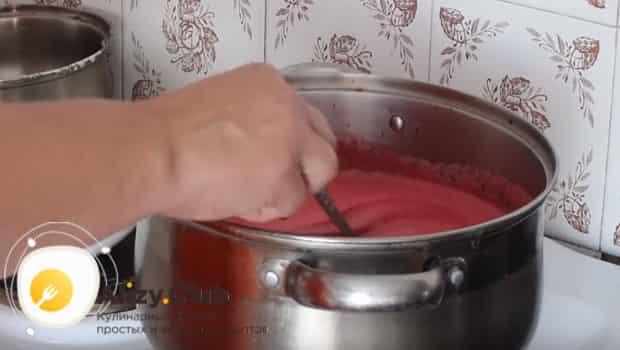 Добавляем сахар и хорошенько мешаем соус из смородины