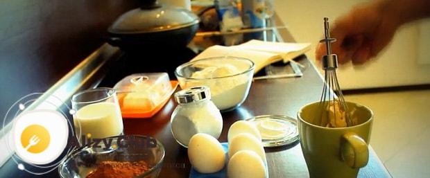 Перед тем как сделать кекс безысходность, взбейте все ингредиенты.