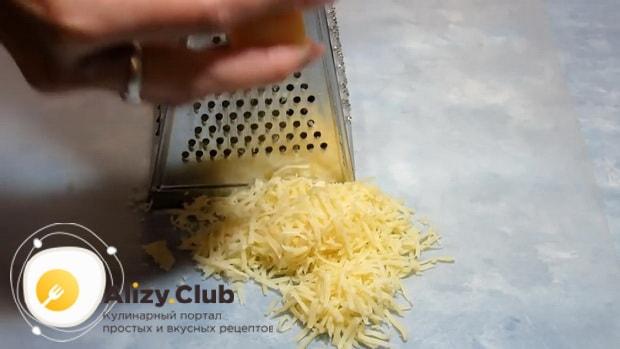 Перед тем как запечь куриные отбивные с сыром натрите сыр.