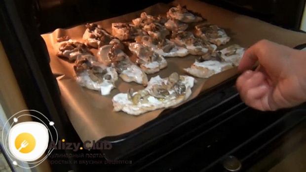 Перед тем как запечь куриные отбивные с сыром запеките мясо с соусом.