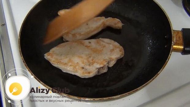 Попробуйте приготовить куриные отбивные с грибами и сыром