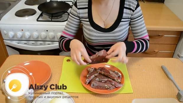Замаринуйте отбивные из говядины и обжарьте их на сковороде