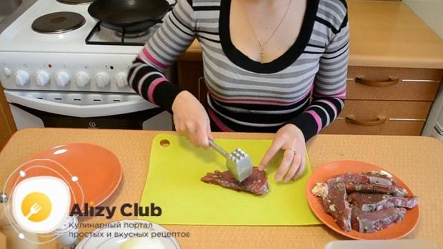 Отбейте мясо прежде чем обжарить отбивные из говядины на сковороде