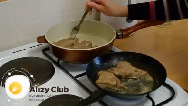 Отбивные из говядины обжарьте на сковороде и переложите в кастрюлю.