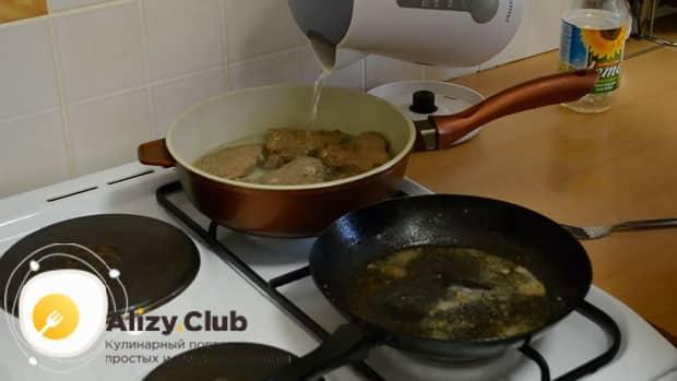Потушите отбивные из говядины обжаренные на сковороде