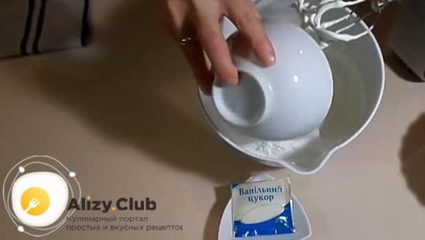 Добавляем в сметану сахарную пудру и ванильный сахар