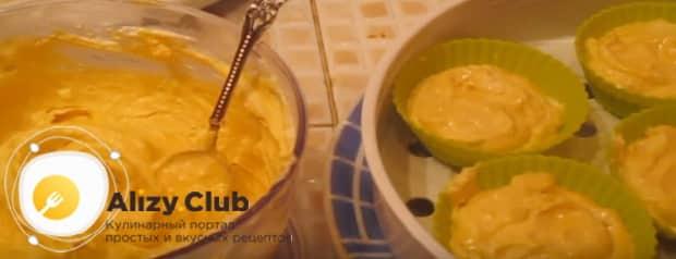 Заполняем формы пудингом из тыквы и готовим в мультиварке