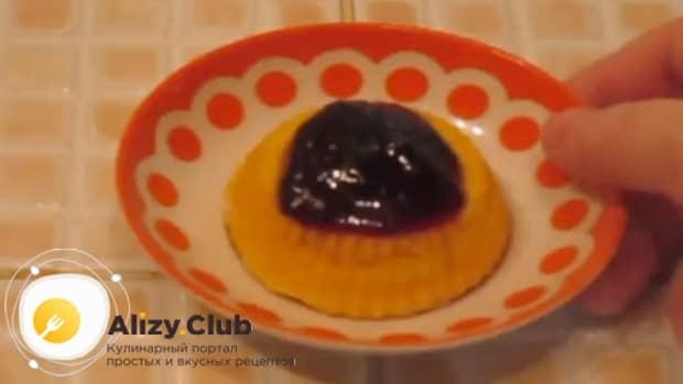 Пудинг из тыквы и творога украшаем джемом или шоколадом