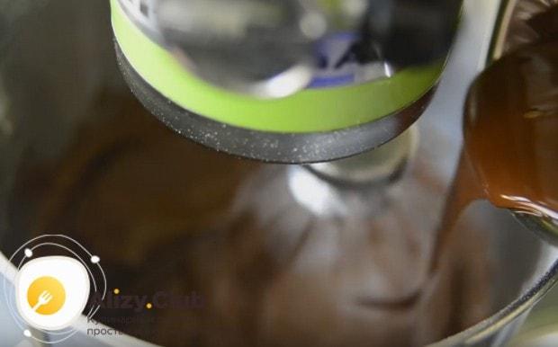 Остывший растопленный шоколад тонкой струйкой вводим в крем.
