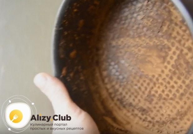 Выпекать быстрый шоколадный торт будем в форме, смазанной маслом и посыпанной какао.