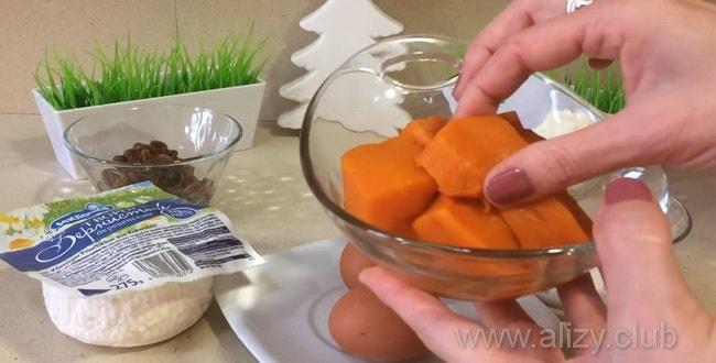 По рецепту для приготовления запеканки с творогом отварите тыкву.