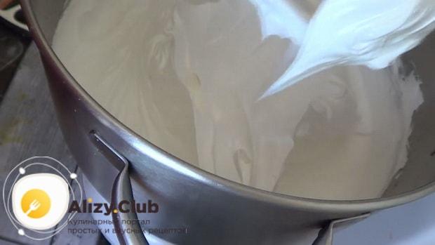 взбейте белки для приготовления торта сникерс с безе.