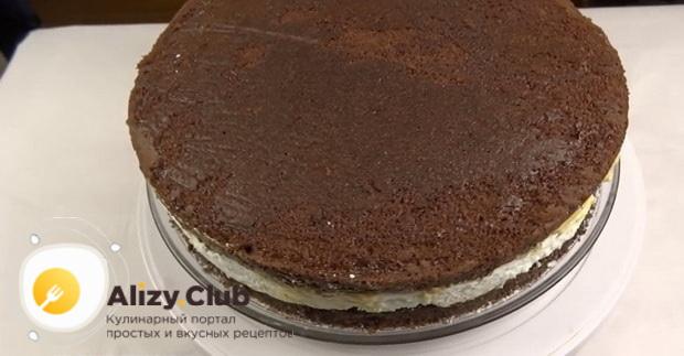 Положите с верху корж для приготовления торта сникерс с безе.