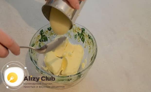 Приготовьте крем для торта из бисквитных коржей со сгущенкой
