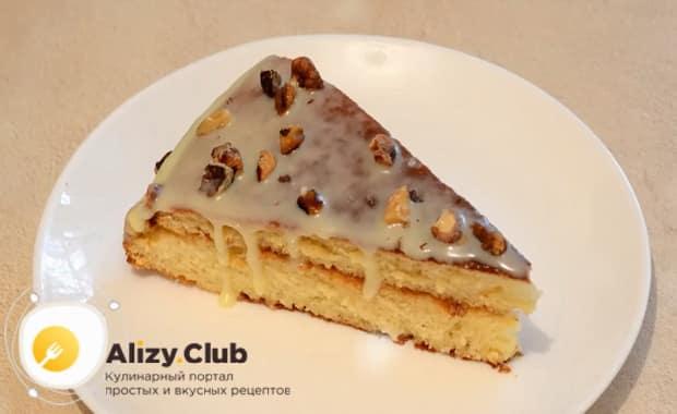 Вкусный торт из бисквитных коржей с варенной сгущенкой готов.