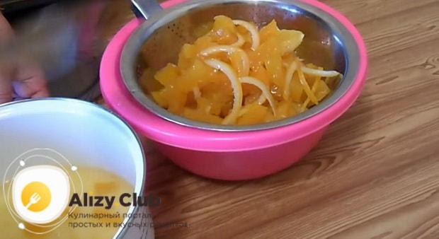 Откиньте ингредиенты на дуршлаг перед тем как сделать цукаты из тыквы в духовке