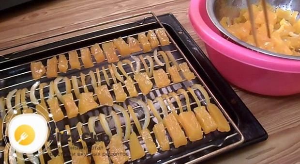 Выложите ингредиенты на сетку перед тем как сделать цукаты из тыквы в духовке