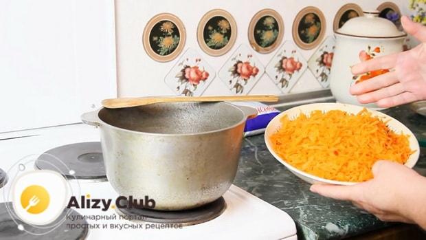 Натрите тыкву перед тем как сварить рисовую молочную кашу.