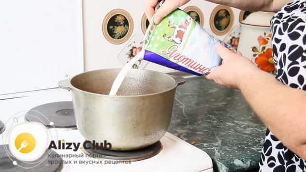Налейте в казан молоко перед тем как сварить рисовую молочную кашу с тыквой